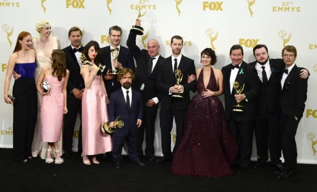 MAN40. Los Angeles (United States), 21/09/2015.- The cast and crew of 'Game of Thrones' pose with their awards including Outstanding Drama Series in the press room during the 67th annual Primetime Emmy Awards held at the Microsoft Theater in Los Angeles, California, USA, 20 September 2015. 'Game of Thrones' won record breaking 12 Emmys. The Primetime Emmy Awards celebrate excellence in national primetime television programming. (Estados Unidos) EFE/EPA/PAUL BUCK