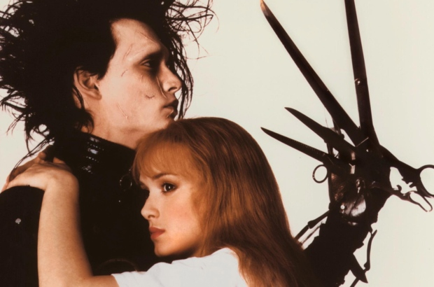 "Johnny Depp y Winona Ryder como Eduardo y Kim, protagonistas de ""Eduardo Manostijeras"" (1990) de Tim Burton."