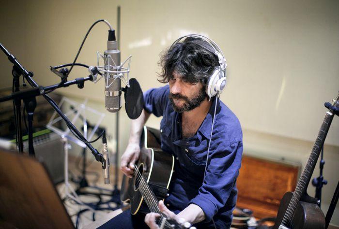 Quique González durante la grabación de su próximo disco, que verá la luz en 2016. Foto: Fernando Maqueira.