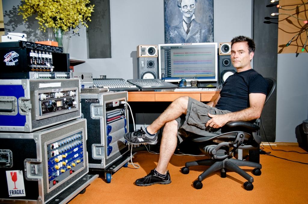 Ross Robinson en su estudio. Sin él nada hubiera sido lo mismo en el estilo.